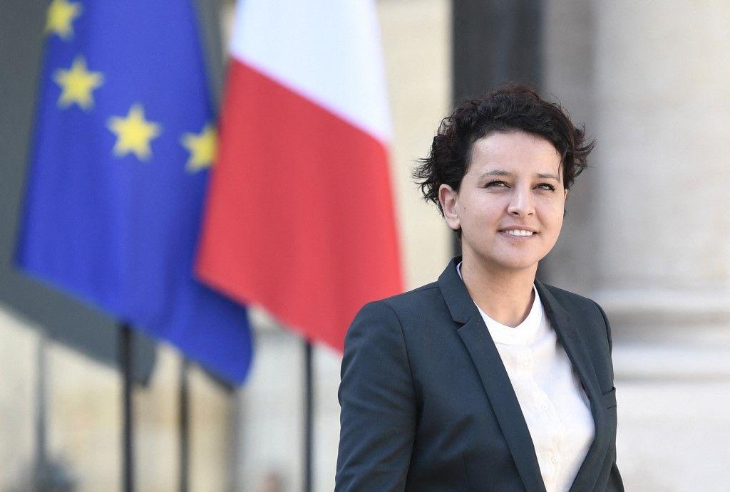 L'ancienne ministre de l'Éducation Najat Vallaud-Belkacem quitte le palais présidentiel de l'Elysée à la suite le 30 mars 2017 à Paris.