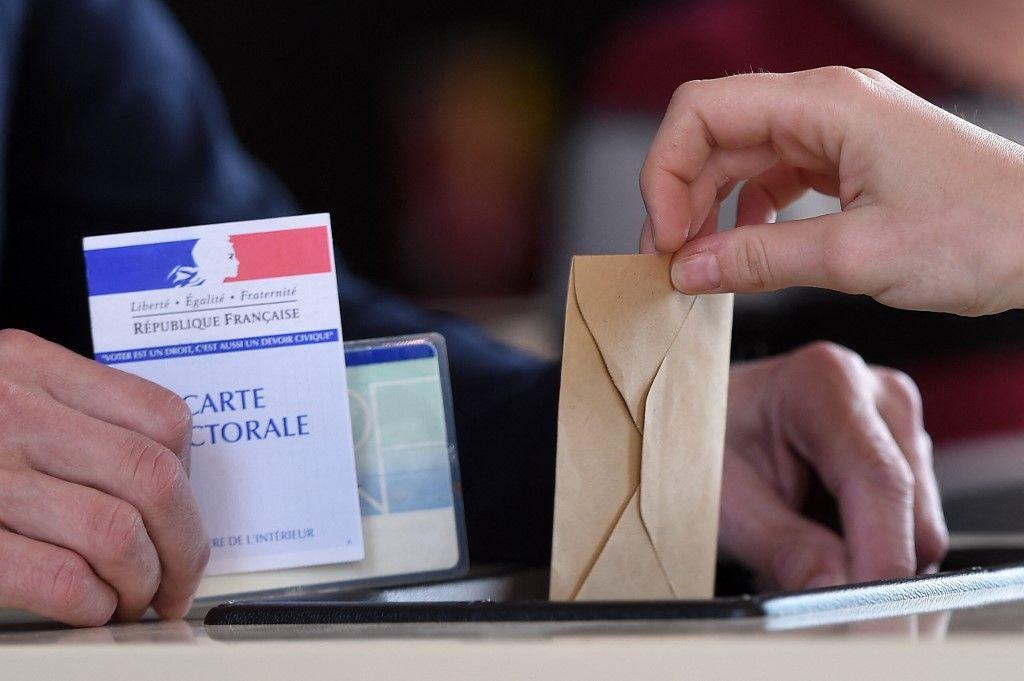 Une personne dépose un bulletin dans un bureau de vote à Strasbourg, le 23 avril 2017, lors du premier tour de l'élection présidentielle.