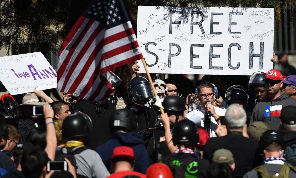 Le cofondateur de Vice Media, Gavin McInnes, lit un discours écrit par Ann Coulter devant une foule lors d'un rassemblement conservateur à Berkeley, en Californie, le 27 avril 2017.