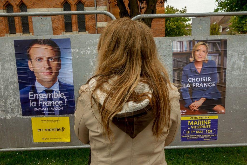Une jeune femme consulte les panneaux électoraux lors des élections présidentielles de 2017.