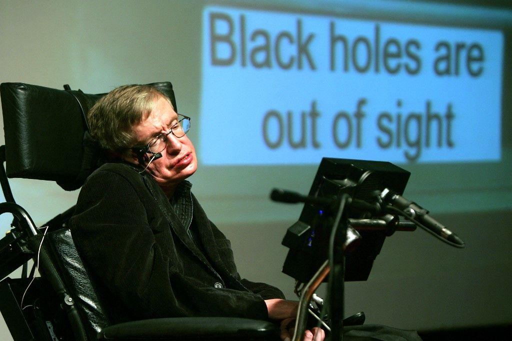 Le scientifique britannique de renommée mondiale Stephen Hawking donne une conférence au Bloomfield Museum of Science à Jérusalem le 10 décembre 2006.