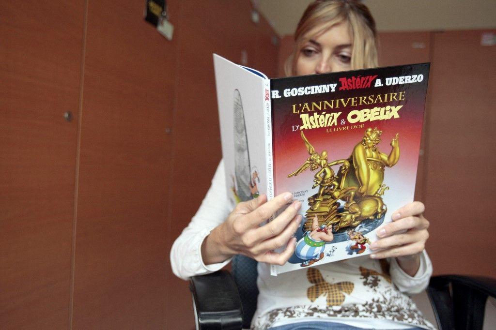 Une personne lit une bande dessinée d'Astérix, le 22 octobre 2009 à Paris. Des écoles de l'Ontario au Canada ont vidé leurs bibliothèques des albums de Tintin, de Lucky Luke et d'Astérix.