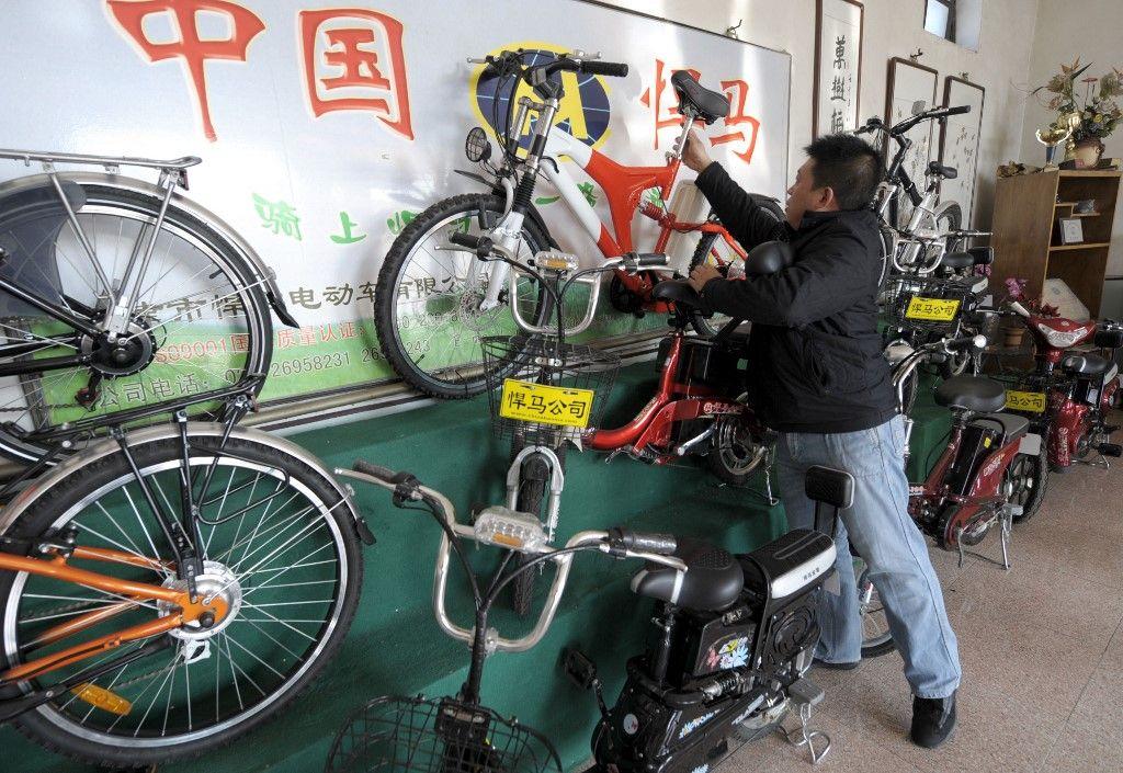 Un employé range des vélos dans une salle d'exposition à Tianjin Hanma Electromotive Bicycle Factory dans la ville de Tianjin, le 13 janvier 2010.