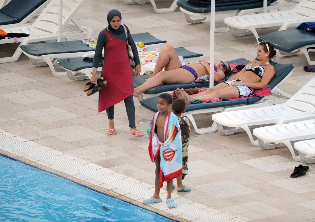 Quand une militante islamiste compare les interdictions de burkini dans les piscines municipales à la Shoah