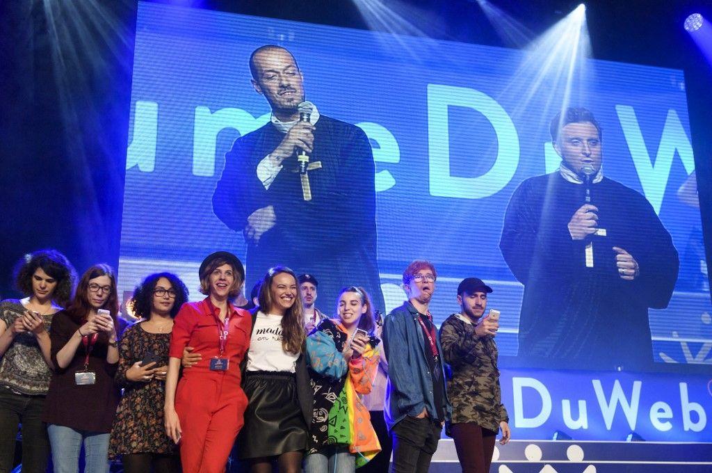 """Les Youtubeurs francophones se retrouvent sur la scène principale, avec le duo Carlito et Mcfly à l'écran, lors de la première édition du festival """"Royaume du Web"""" en mai 2017 à Genève."""