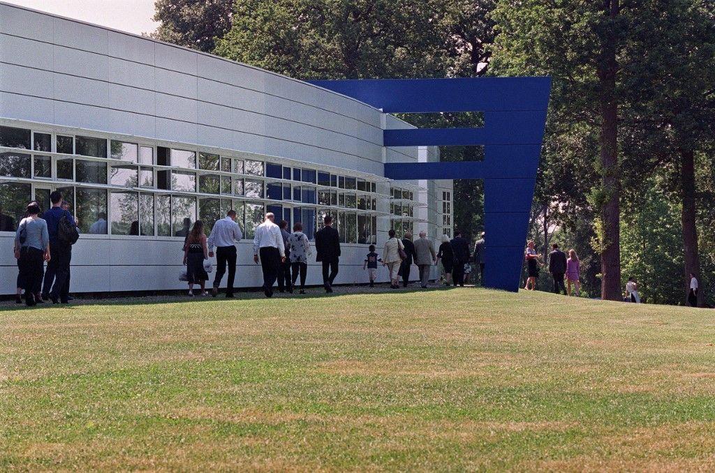 Des étudiants et leurs proches, le 16 juin 2003, sur le campus de l'école des Hautes Etudes Commerciales (HEC) à Jouy-en-Josas, pour assister à la cérémonie de remise des diplômes.