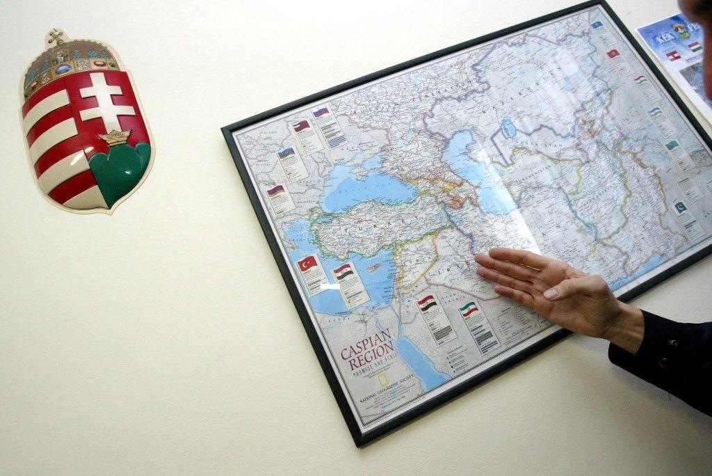 Un responsable local des frontières montre une carte de la région de la Caspienne le 28 novembre 2003 sur le mur d'un centre de détention pour immigrés de Kiskunhalas, à quelque 40 km au nord de la ville frontalière hongro-serbe de Kelebia