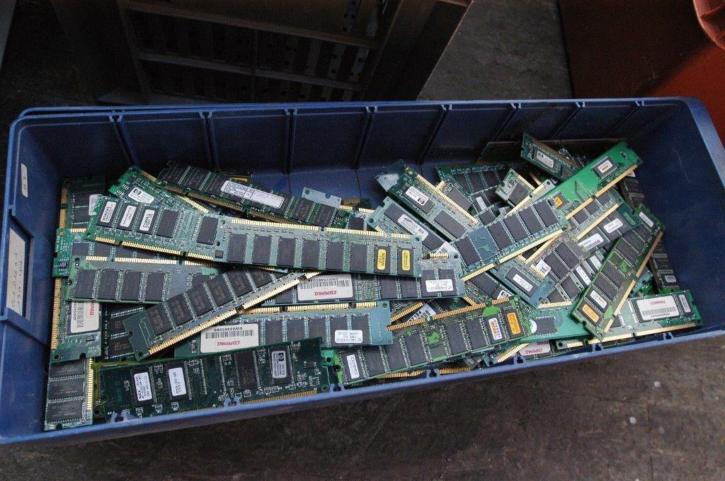Des puces sont entreposées dans un bac dans les locaux d'une entreprise spécialisée dans le traitement des produits électriques et électroniques en fin de vie.