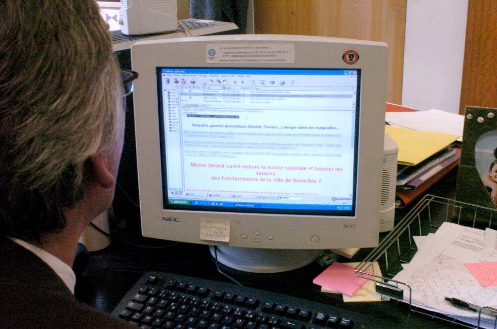 Une personne consulte ses e-mails sur son ordinateur.