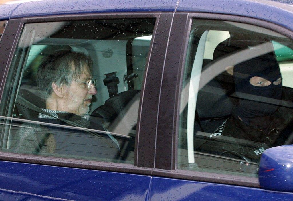 Le tueur en série Michel Fourniret quitte le palais de justice de Charleville-Mézières dans une voiture de police après une audience dans le cadre de son procès, le 27 mai 2008.