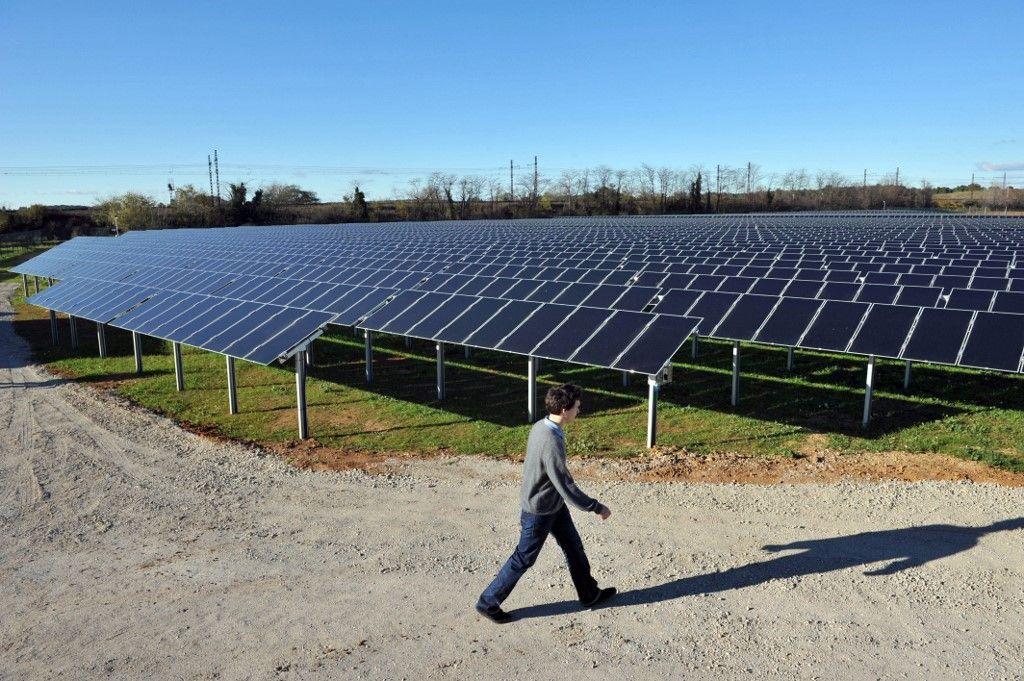 Un technicien passe près de panneaux solaires sur le site de la première centrale solaire photovoltaïque au sol en France métropolitaine, le 19 novembre 2008 à Lunel.