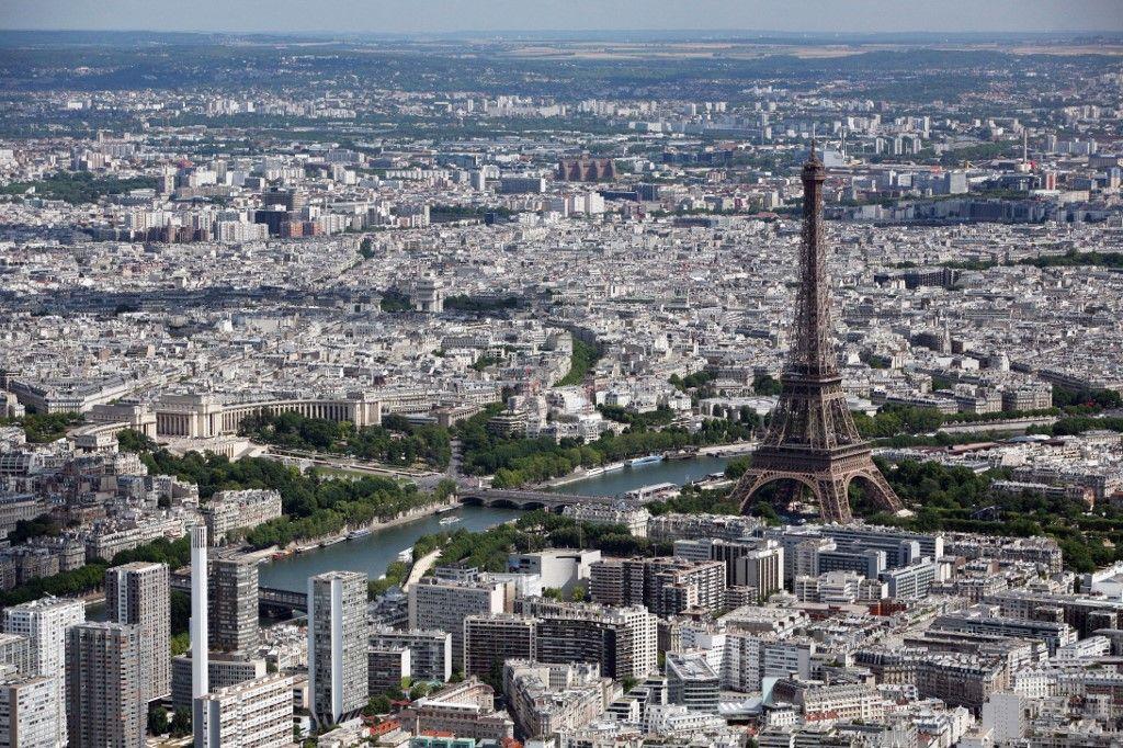 Une photo aérienne prise le 14 juillet 2009 montre la Tour Eiffel et la ville de Paris