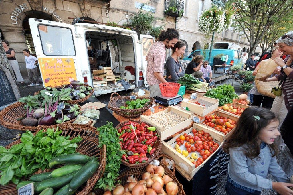 Des vendeurs de fruits et légumes, le 12 septembre 2009 sur le marché de Revel, lors d'une visite du ministre de l'Ecologie de l'époque, Jean-Louis Borloo, sur le thème du développement de l'agriculture Bio dans la région.