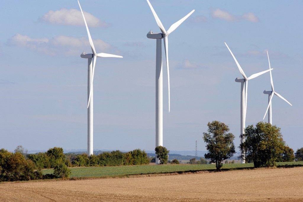 Photos prise le 5 octobre 2009 de quatre éoliennes installées sur la commune de Xambes, proches du tracé de la future ligne de TGV-Angoulème-Poitiers.