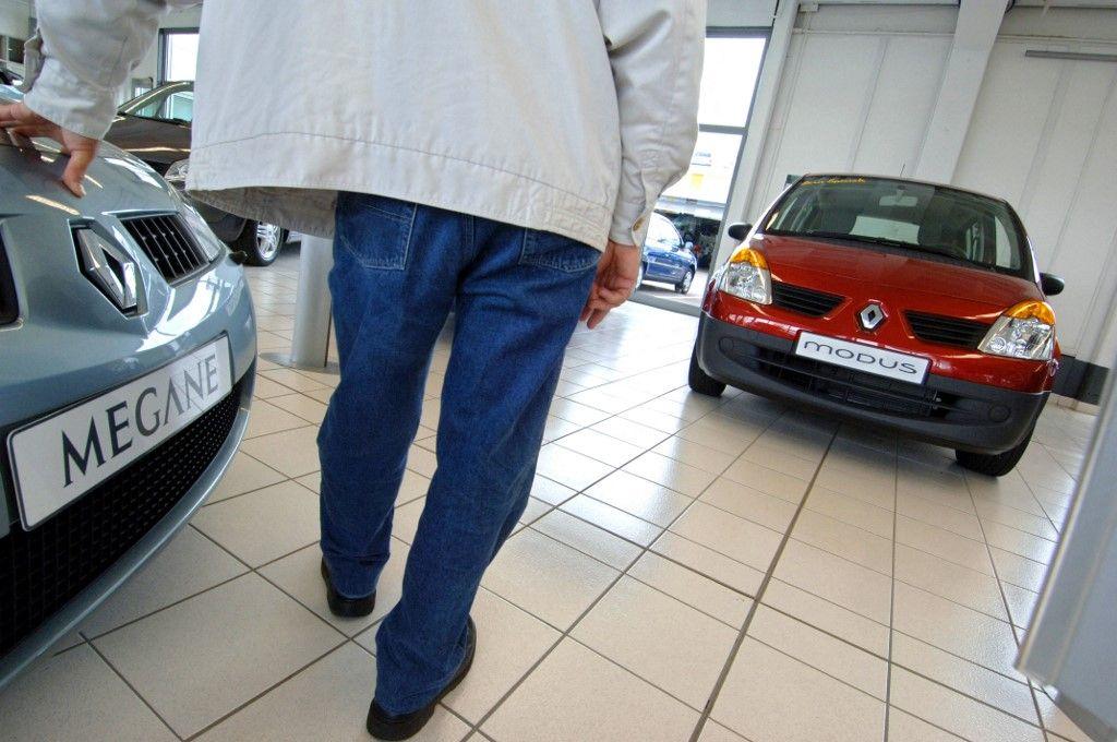 Photographie prise chez un concessionnaire Renault à Hérouville en 2005.