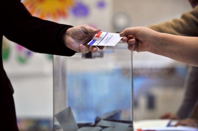 Un citoyen s'apprête à voter dans le cadre des élections.