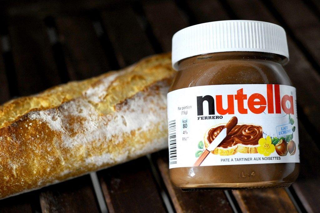 """Photo prise le 28 juin 2010 à Strasbourg d'un pot de Nutella et d'une baguette de pain. La célèbre pâte à tartiner de Ferrero serait dans le collimateur de l'Union européenne qui la trouverait """"trop grasse et trop sucrée""""."""