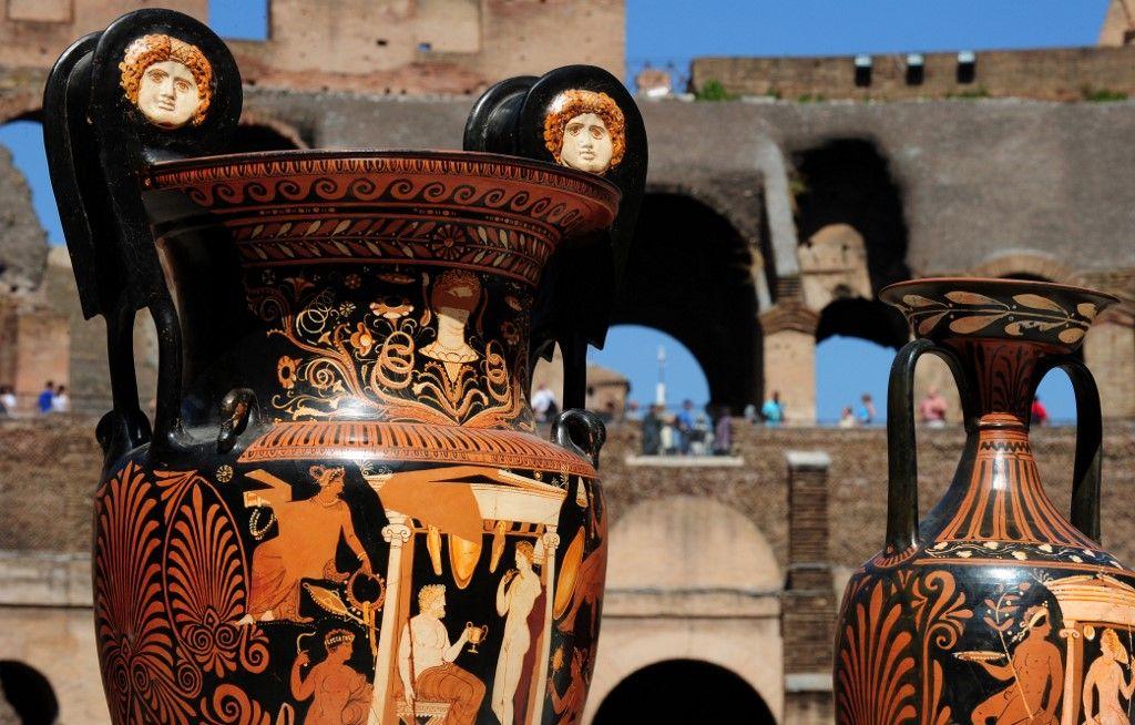 Des amphores grecques antiques sont exposées par l'unité du patrimoine culturel des carabiniers italiens le 16 juillet 2010 au Colisée de Rome lors d'une conférence de presse sur les saisies effectuées.