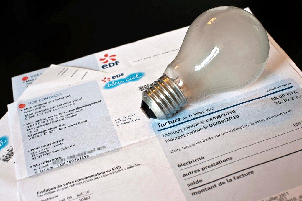 Photo d'une ampoule à incandescence et d'une facture d'Electricité de France d'un particulier, prise le 13 Août 2010 à Dijon.