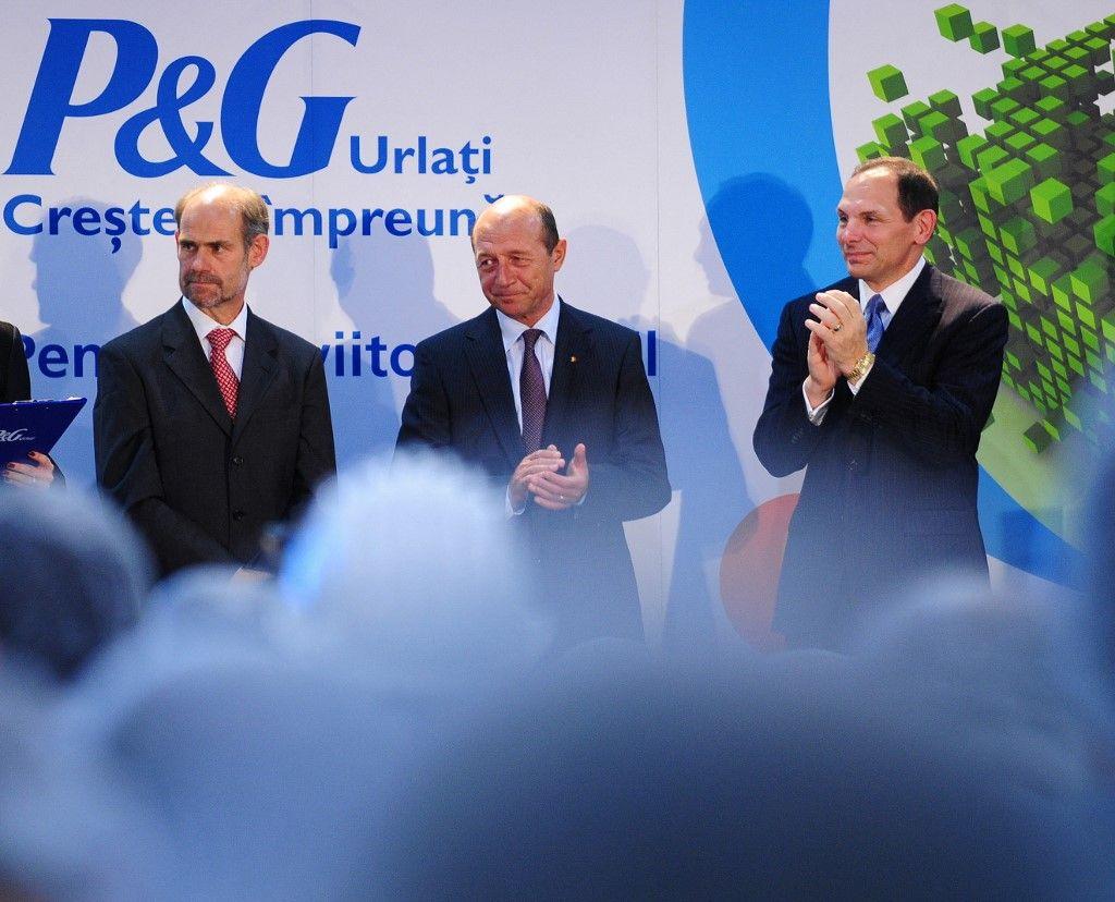 Le président roumain Traian Basescu et Bob MacDonald, président et chef de la direction de Procter & Gamble lors de l'inauguration d'une nouvelle usine à Urlati, le 29 septembre 2010.