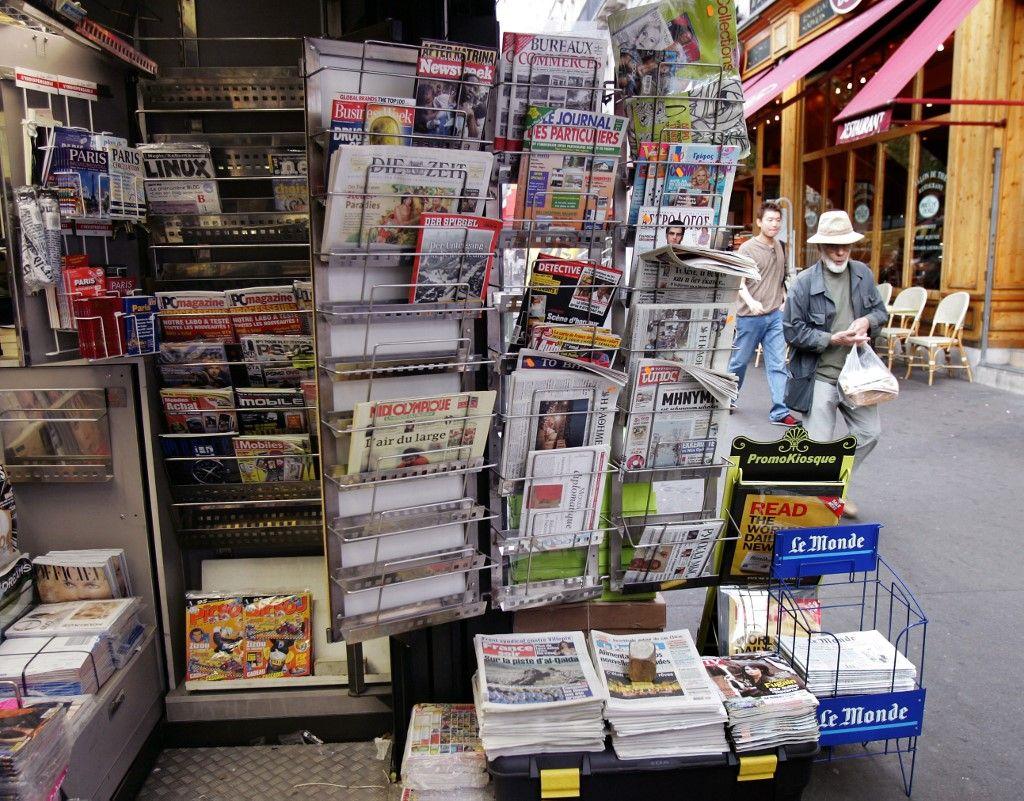 Un kiosque à journaux propose un certain nombre de titres de presse.