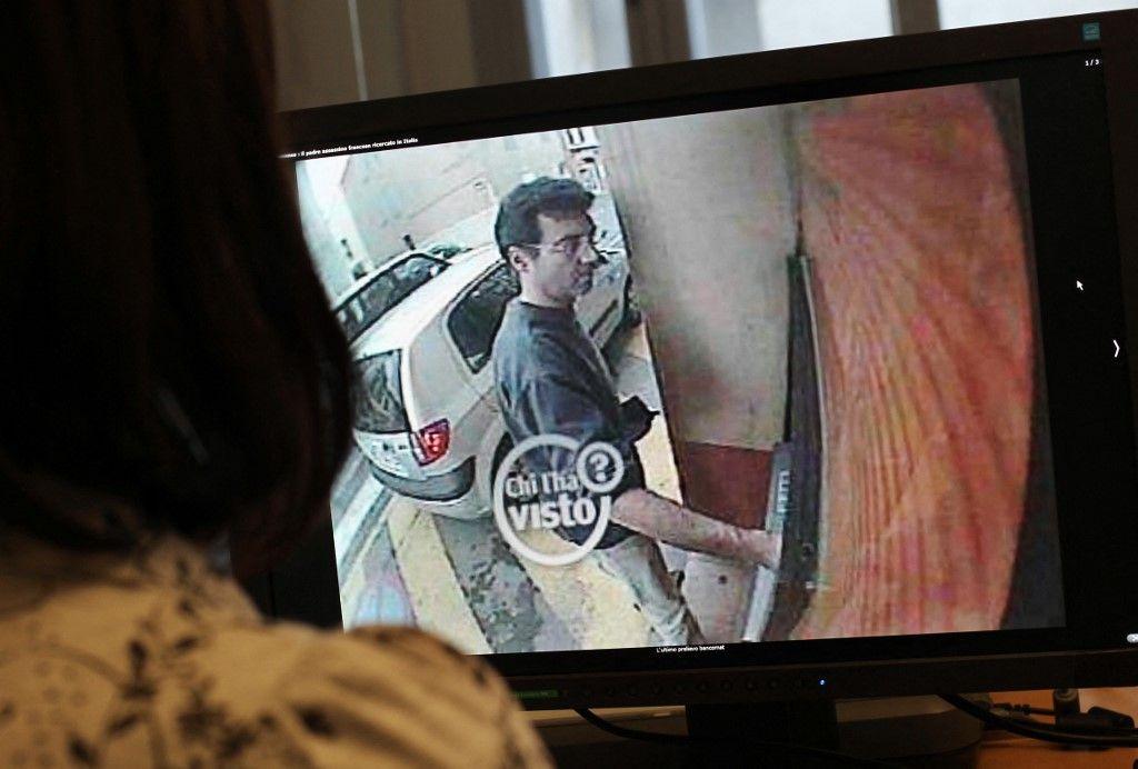 Une photographie prise le 11 mai 2011 à Paris d'une femme regardant une image d'une caméra de surveillance.