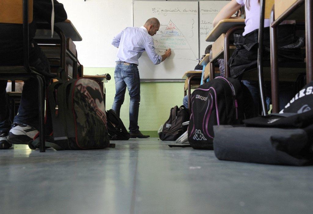 Un professeur de collège au nord de Rennes dispense son cours à des élèves en septembre 2011.