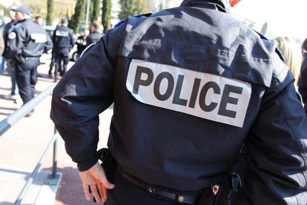 Des agents de force de l'ordre déployés sur la voie publique.