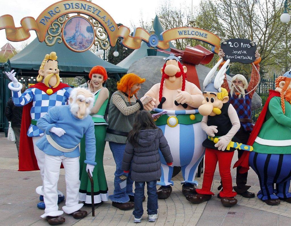 Les personnages du parc Astérix posent devant l'entrée du parc EuroDisney le 12 avril 2012 à Marne-La-Vallée, pour fêter les 20 ans du parc.