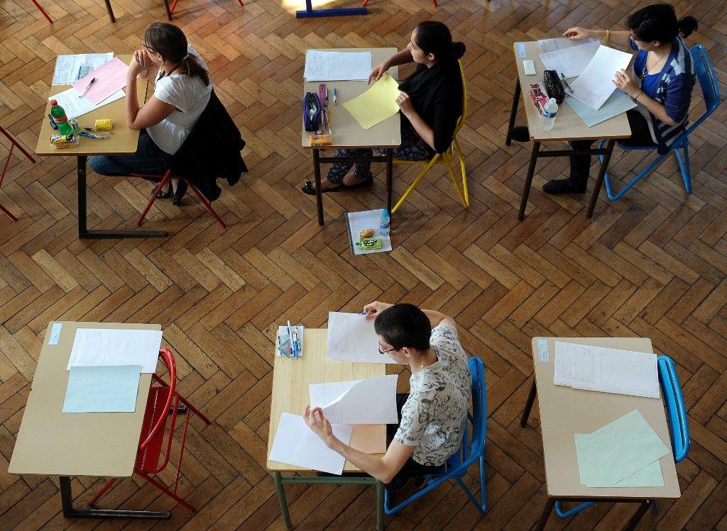 Des élèves lors de l'épreuve de philosophie de l'examen du baccalauréat le 18 juin 2012 au lycée Pasteur à Strasbourg.