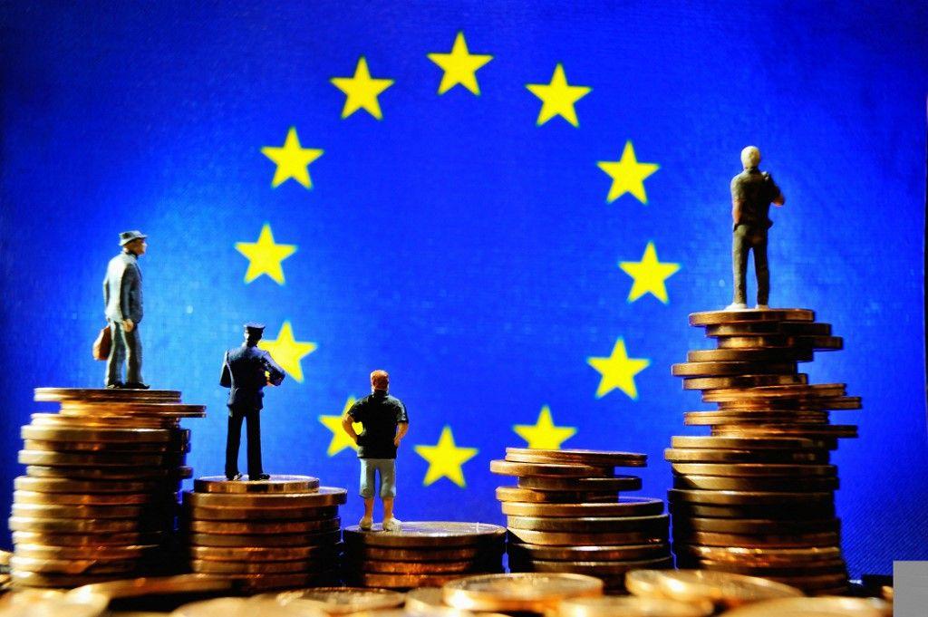 Une photographie prise le 13 octobre 2012 à Lille montre une illustration réalisée avec des figurines montées sur des pièces en euros devant le drapeau de l'Union européenne