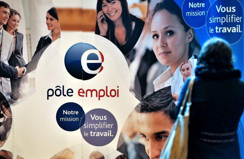 Une personne visite le stand de Pôle Emploi, l'agence nationale pour l'emploi, lors d'un salon de l'emploi à Arras, dans le nord de la France, le 18 octobre 2012.