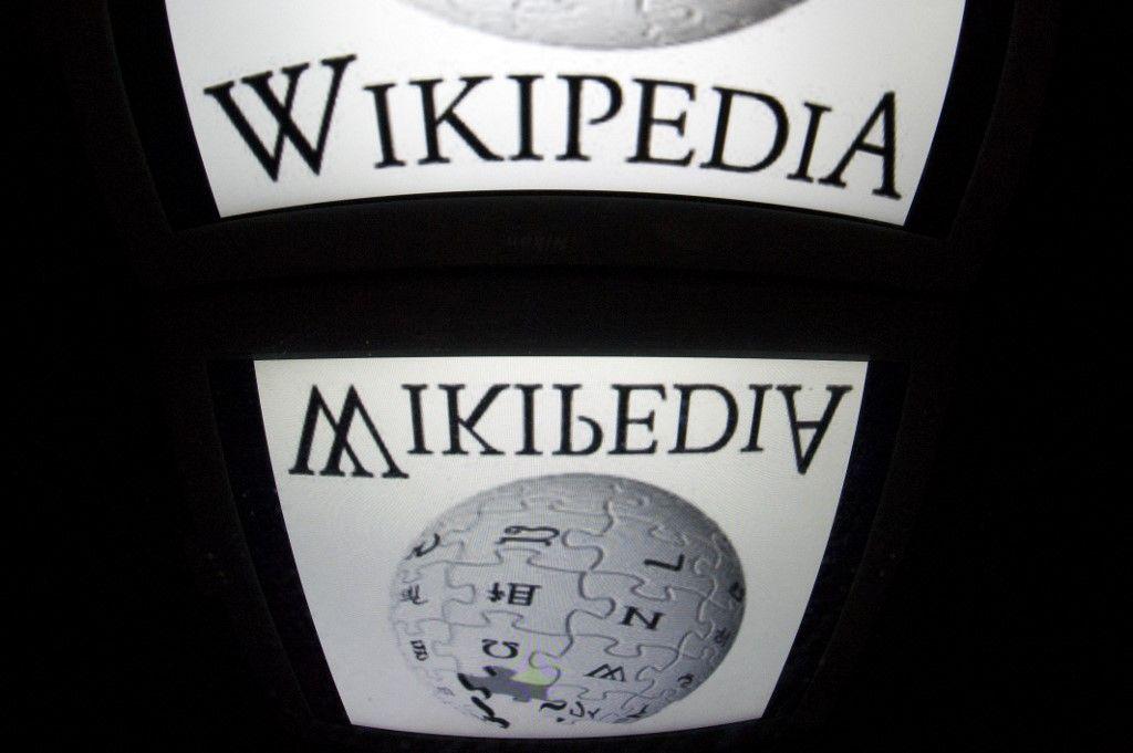 Le logo de Wikipédia apparaît sur un écran de tablette, le 4 décembre 2012, à Paris.