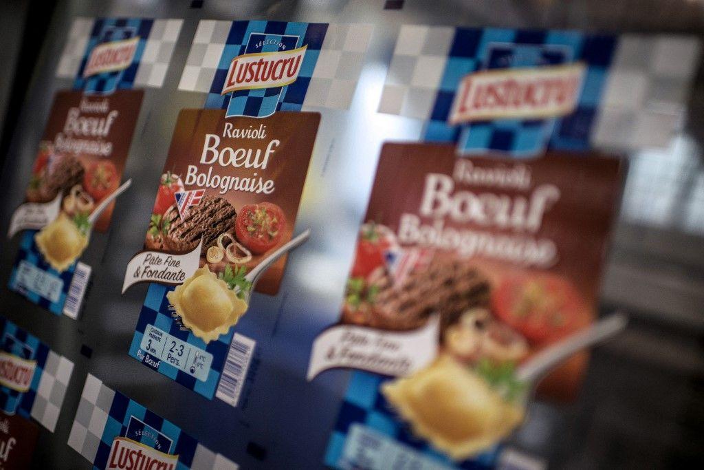 Des emballages de raviolis, sur la ligne de production du fabricant français de pâtes Lustucru à l'usine de Saint-Genis Laval.