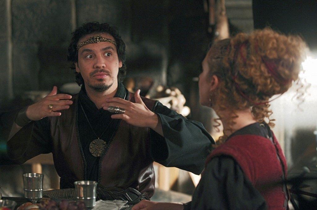 Les comédiens Alexandre Astier et Caroline Ferrus, interprètent les rôles du Roi Arthur, et de Menanwi, la femme de Karadoc, en mai 2006 lors du tournage  de Kaamelott, la série diffusée sur M6.