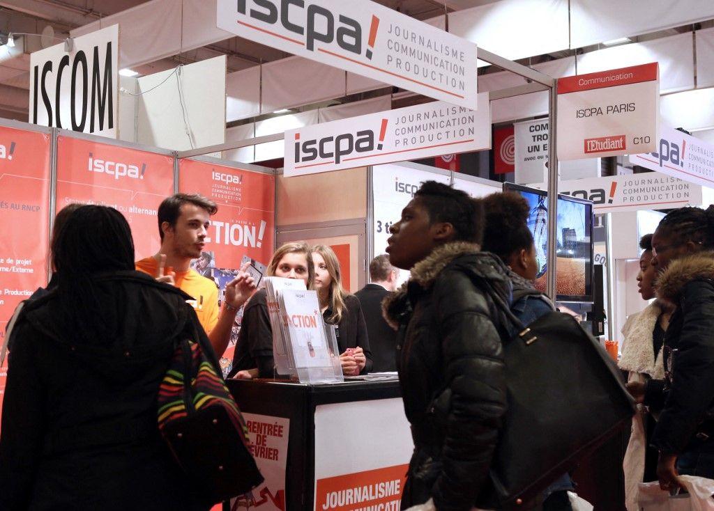 Des jeunes visitent le Salon Européen de l'Education - Salon de l'Etudiant le 22 novembre 2013 à Paris.