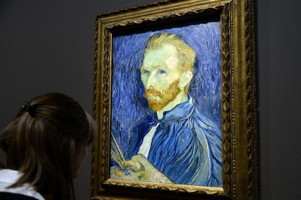 """Une personne regarde un autoportrait du peintre Vincent Van Gogh présenté au musée d'Orsay dans le cadre de l'exposition """"Van Gogh/Artaud. L'homme suicidé par la société"""", le 10 mars 2014, à Paris."""