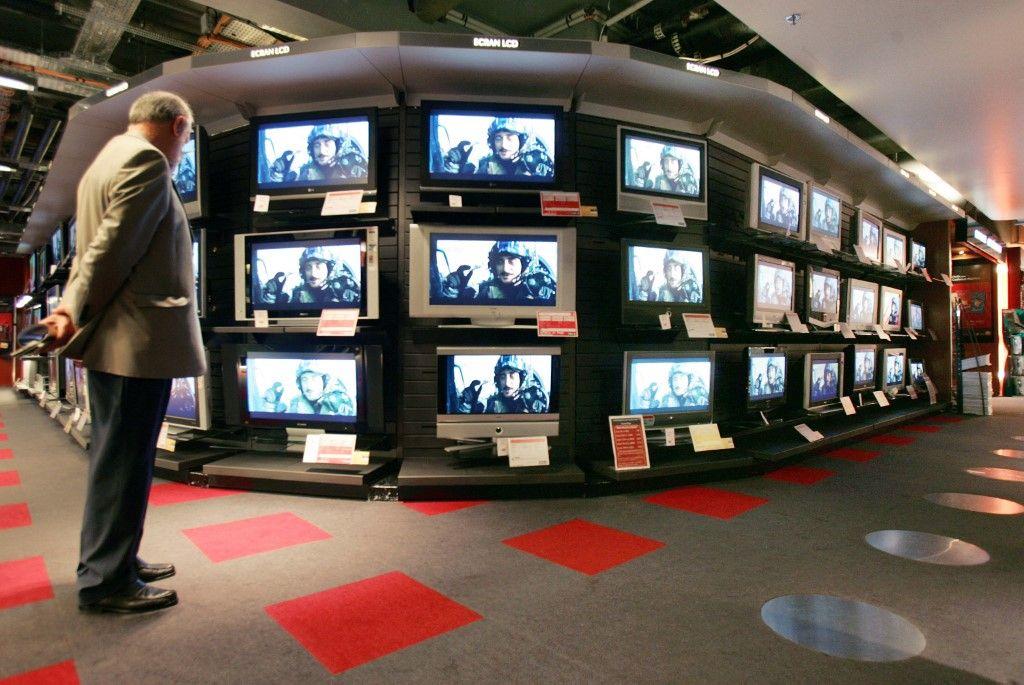 Des clients dans un magasin parisien en 2006 alors que les ventes de téléviseurs à écran plat augmentent avant le début de la Coupe du monde de football en Allemagne, le 09 juin 2006.