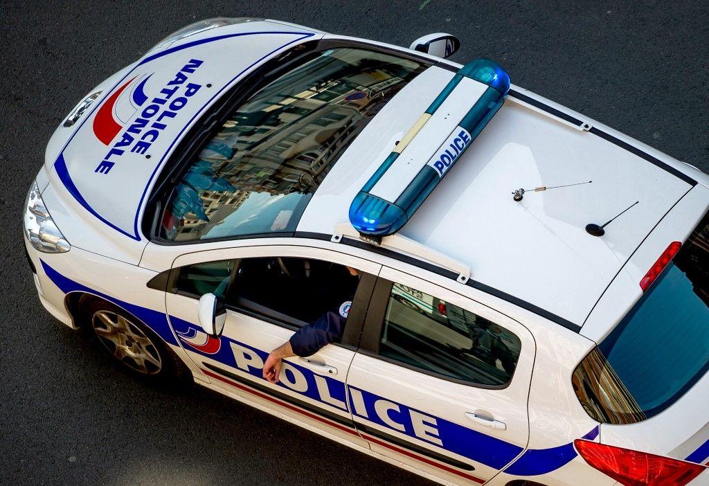 Ivre, il vole la voiture des policiers, les insulte avec leur mégaphone et emboutit une voiture de la BAC