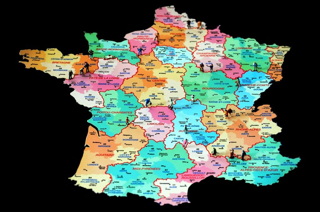 """Une photo prise le 6 juin 2014 montre des figurines sur une carte française. Le président François Hollande a annoncé le 2 juin 2014 une réforme territoriale, réduisant les 22 régions à 14 """"super régions""""."""