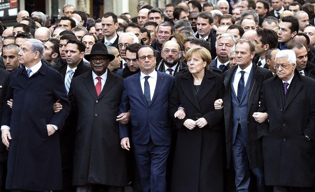 Benjamin Netanyahu, Ibrahim Boubacar Keita, François Hollande, Angela Merkel, Donald Tusk et Mahmoud Abbas lors d'une marche le 11 janvier 2015 à Paris en hommage aux 17 victimes dans les locaux de Charlie Hebdo.