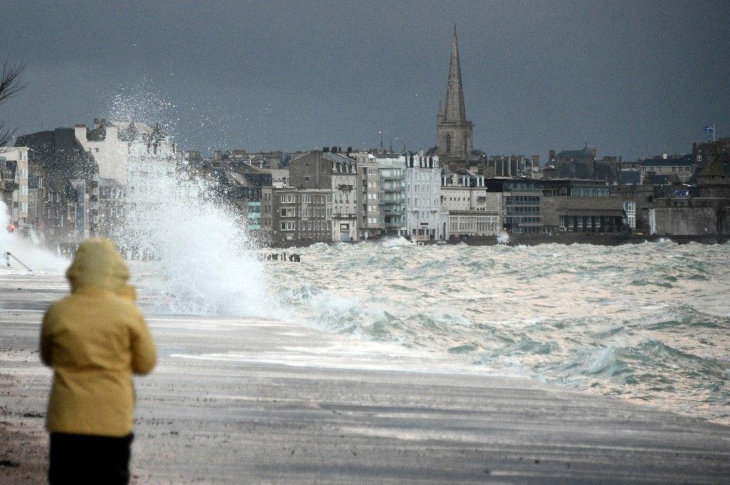 Une personne observe les vagues lors de la marée haute, le 21 février 2015, dans la ville de Saint-Malo.