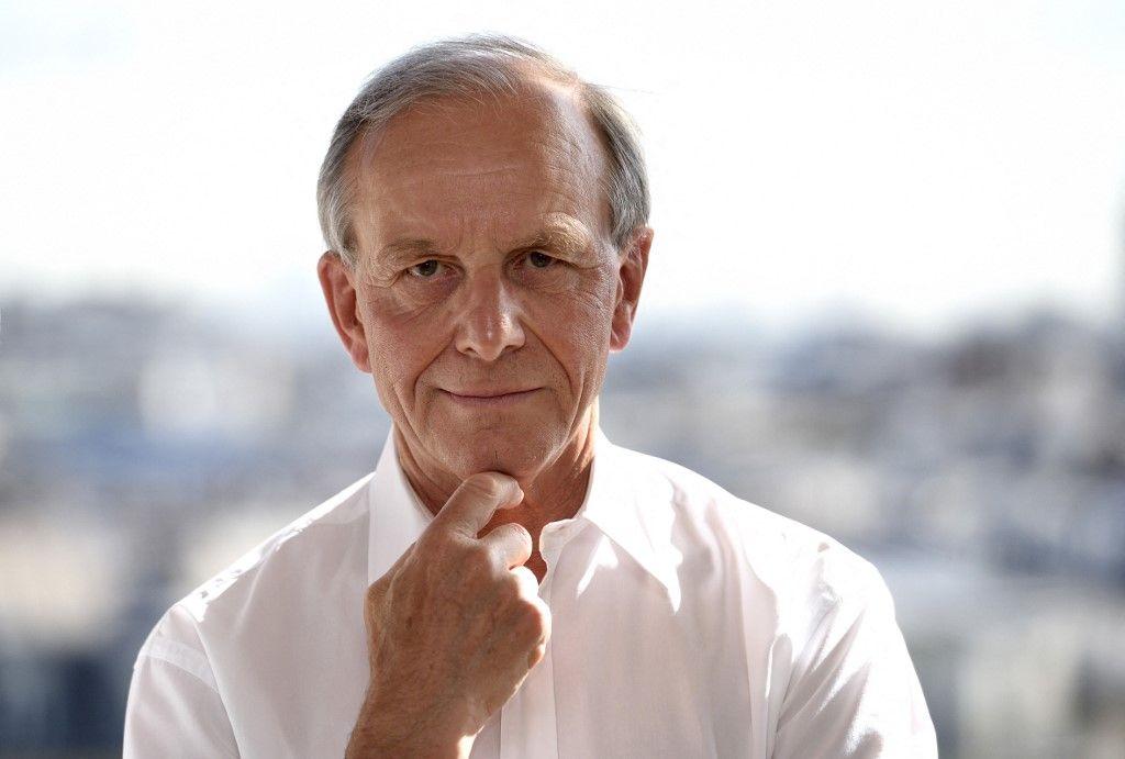 Le généticien et président de La Ligue contre le cancer, Axel Kahn, pose chez lui pour l'AFP le 14 avril 2015 à Paris.