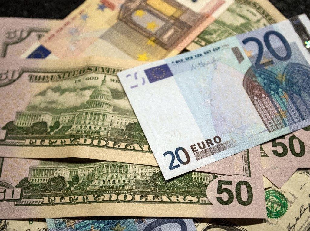 Des billets d'euros et de dollars.