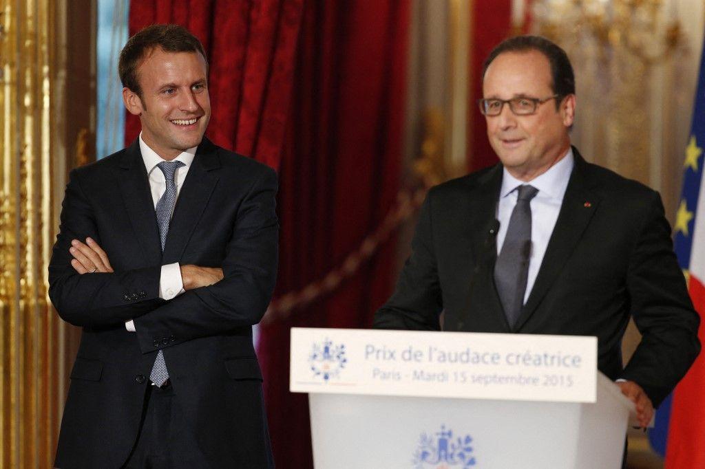 Emmanuel Macron et François Hollande dans l'enceinte du Palais de l'Elysée.