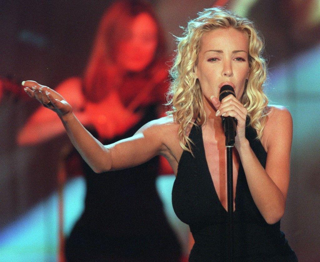 """La chanteuse Ophélie Winter participe à l'enregistrement de l'émission """"Les Trophées des sports 1998"""" de France Télévision le 15 décembre 1998 à Paris."""