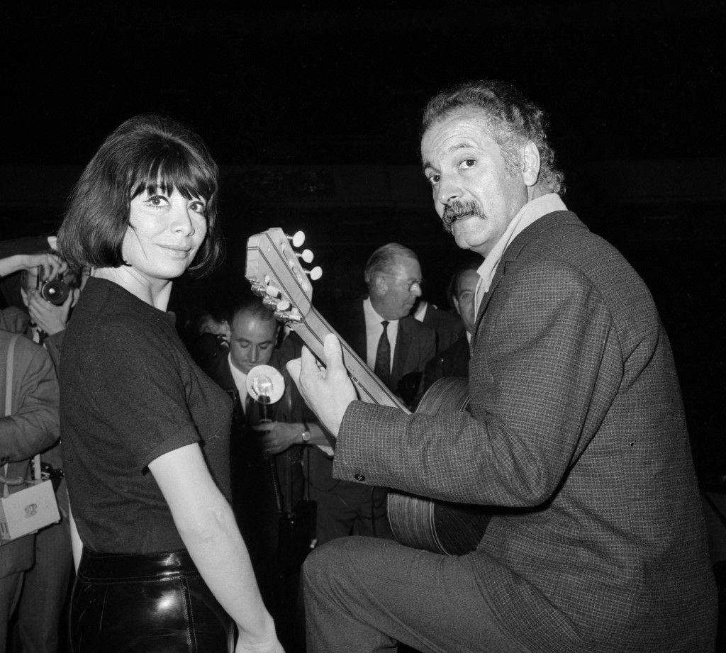 Pour la première fois Juliette Gréco et Georges Brassens donneront leur tour de chant sur la scène du TNP en septembre 1966 à Paris. Sous la moustache, le rire humour Loïc Rochard