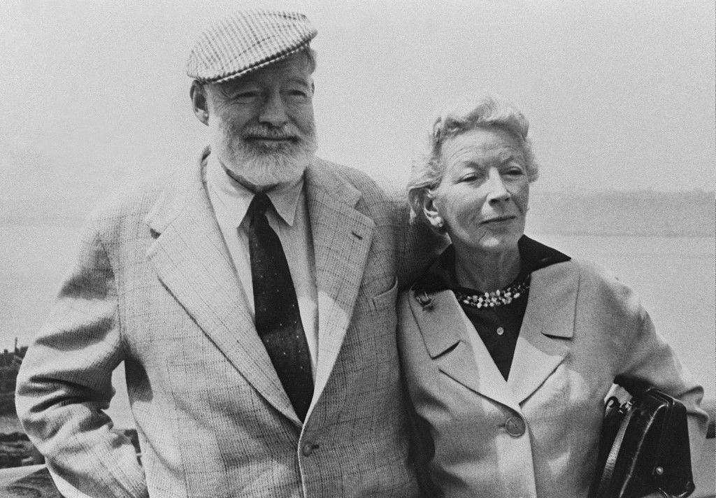"""L'écrivain américain Ernest Hemingway avec sa femme à bord du """"Constitution"""" traversant l'océan Atlantique vers l'Europe."""