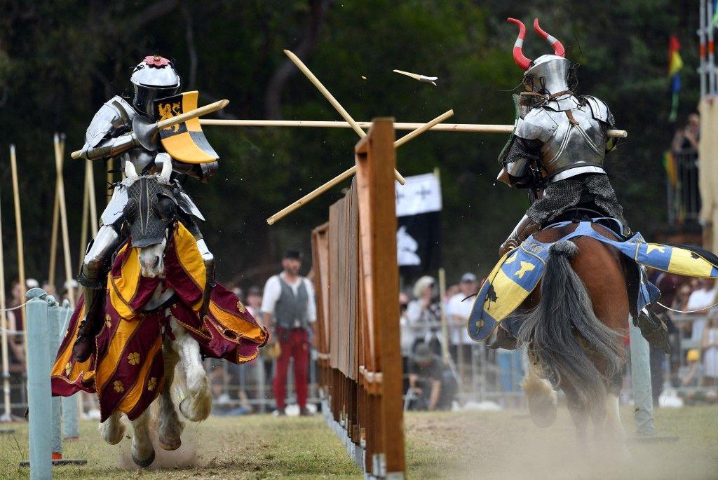 Des participants s'affrontent dans le cadre du premier championnat du monde de joutes à la foire médiévale de St-Ives à Sydney le 23 septembre 2017.