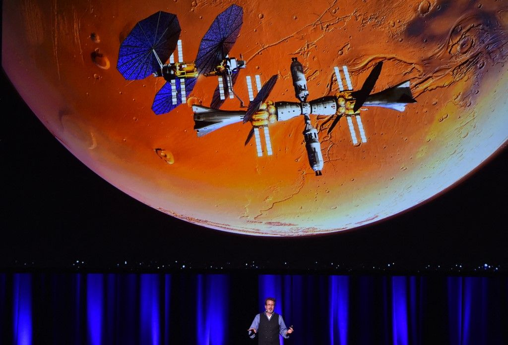 Rob Chambers prend la parole lors d'une présentation d'une mission prévue sur Mars au 68e Congrès international d'astronautique 2017 à Adélaïde le 29 septembre 2017.